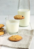 Cookies caseiros com partes e leite do chocolate em uma tabela branca Imagens de Stock Royalty Free