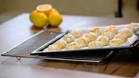 Cookies caseiros da dobra do limão na folha de cozimento filme