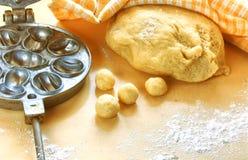 Cookies caseiros da preparação, bolas da massa Fotos de Stock Royalty Free