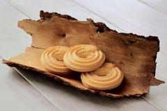 Cookies caseiros do biscoito amanteigado friável delicioso na casca do pinho Fundo de madeira claro imagem de stock