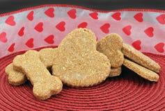 Cookies caseiros do cão para o dia do ` s do Valentim Imagens de Stock Royalty Free