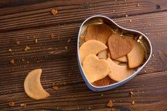 Cookies caseiros do gengibre na caixa dada forma coração Imagem de Stock