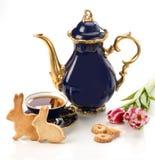 Cookies caseiros do pão-de-espécie da Páscoa e copo de chá imagem de stock