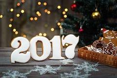 Cookies caseiros do pão-de-espécie do Natal na tabela, ano novo 2017 Fotos de Stock Royalty Free