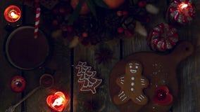 Cookies caseiros do pão-de-espécie do Natal na tabela de madeira vídeos de arquivo