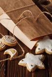 cookies caseiros do pão-de-espécie na madeira Fotos de Stock