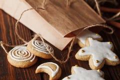cookies caseiros do pão-de-espécie na madeira Fotos de Stock Royalty Free
