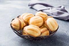 Cookies caseiros do russo com leite condensado fervido em um fundo escuro fotografia de stock