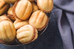 Cookies caseiros do russo com leite condensado fervido em um fundo escuro foto de stock