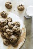 Cookies caseiros dos pedaços de chocolate do vegetariano imagens de stock
