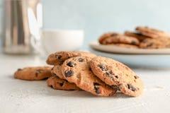 Cookies caseiros dos pedaços de chocolate no fundo cinzento fotografia de stock