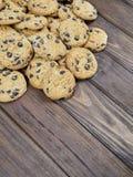 Cookies caseiros dos pedaços de chocolate no fundo de madeira do marrom escuro Fotos de Stock