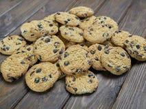 Cookies caseiros dos pedaços de chocolate no fundo de madeira do marrom escuro Fotografia de Stock Royalty Free
