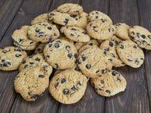 Cookies caseiros dos pedaços de chocolate no fundo de madeira do marrom escuro Fotos de Stock Royalty Free
