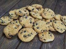 Cookies caseiros dos pedaços de chocolate no fundo de madeira do marrom escuro Imagem de Stock
