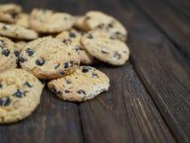 Cookies caseiros dos pedaços de chocolate no fundo de madeira do marrom escuro Imagens de Stock Royalty Free