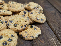 Cookies caseiros dos pedaços de chocolate no fundo de madeira do marrom escuro Imagem de Stock Royalty Free