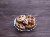 Cookies caseiros e marshmallows em uma placa de vidro transparente em uma tabela de madeira Foto de Stock
