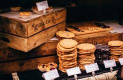 Cookies caseiros na exposição Imagens de Stock