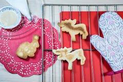 Cookies caseiros na grelha e nos doilies vermelhos Imagens de Stock