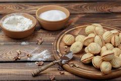 Cookies caseiros, porcas com leite condensado no fundo de madeira Estilo rural imagens de stock royalty free