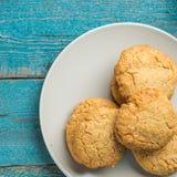 Cookies caseiros recentemente cozidas na superfície de madeira fotografia de stock
