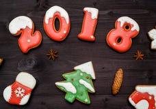 Cookies caseiros saborosos do pão-de-espécie do Natal na tabela de madeira, vista superior O ano novo 2018 cozeu números dos doce Fotografia de Stock Royalty Free