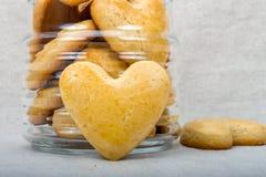 Cookies caseiros sob a forma do coração Imagem de Stock