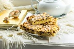 Cookies caseiros, torta com doce, diários com registros na janela Fotos de Stock