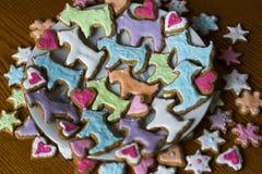 Cookies coloridas caseiros feitos a mão na forma dos cães, dos corações, das flores e das estrelas Fotografia de Stock Royalty Free