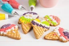 Cookies coloridas da crosta de gelo da forma de cone do gelado Fotos de Stock Royalty Free