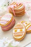 Cookies coloridas da Páscoa na forma do ovo Imagem de Stock
