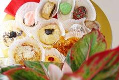 Cookies coloridas em uma bandeja dourada Imagens de Stock