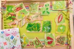 Cookies coloridas em uma cremalheira de madeira fotos de stock