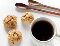 Cookies com café do copo no branco Imagem de Stock Royalty Free
