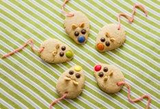 Cookies com a cauda dada forma e vermelha do rato do alcaçuz Foto de Stock Royalty Free