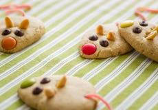 Cookies com a cauda dada forma e vermelha do rato do alcaçuz Foto de Stock