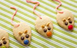 Cookies com a cauda dada forma e vermelha do rato do alcaçuz Imagens de Stock