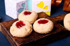 Cookies com doce, biscoitos em uma mesa marrom Imagens de Stock Royalty Free