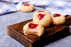 Cookies com doce, biscoitos em uma mesa marrom Fotos de Stock Royalty Free