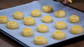Cookies com doce de fruta alaranjado Cozinhando cookies com enchimento vídeos de arquivo