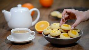 Cookies com doce de fruta alaranjado Posto em cookies de uma laranja da bacia video estoque