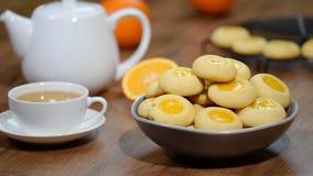 Cookies com doce de fruta alaranjado Posto em cookies de uma laranja da bacia filme
