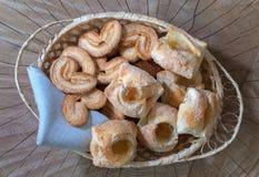 Cookies com doce em uma cesta em um fundo de madeira Vista superior imagem de stock royalty free
