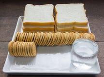 Cookies com fundo do pão Fotografia de Stock Royalty Free