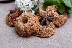 Cookies com a hortelã na toalha de mesa Fotografia de Stock