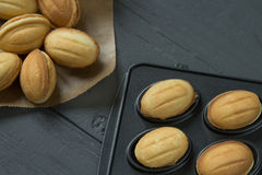 Cookies com leite condenced e o cozimento-molde enchido foto de stock royalty free