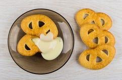 Cookies com leite condensado em uns pires e na tabela de madeira imagens de stock royalty free