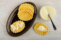 Cookies com leite no prato, colher de chá na bacia com leite condensado, cookie na tabela Vista superior foto de stock royalty free