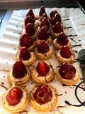Cookies com morango vermelha imagens de stock royalty free